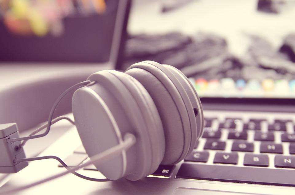 Ordenador y auriculares para adolescentes